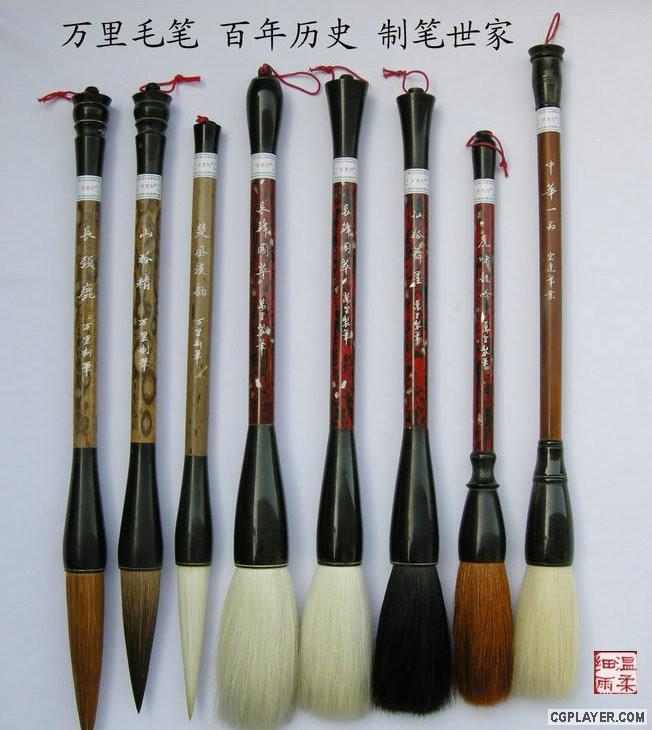 笔的分类主要有依尺寸,还有笔毛的种类,来源,形状等等来分。      依尺寸可以简单的把毛笔分为:小楷,中楷,大楷。      依笔毛的种类可分为:软毫,硬毫,兼毫等。      依来源可分为:胎毛笔、狼毛笔、兔肩紫毫笔、鹿毛笔、鸡毛笔、鸭毛笔、羊毛笔、猪毛笔、鼠毛笔、虎毛笔、黄牛耳毫笔等。      羊毫类:笔头是用山羊毛制成的。羊毫笔比较柔软,吸墨量大,适于写表现圆浑厚实的点画。比狼毫笔经久耐用。此类笔以湖笔为多,价格比较便宜。一般常见的有大楷笔、京提(或称提笔)、联锋